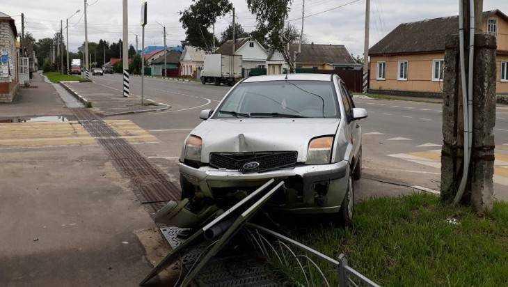 В Карачеве Ford снес ограждение и вылетел на тротуар