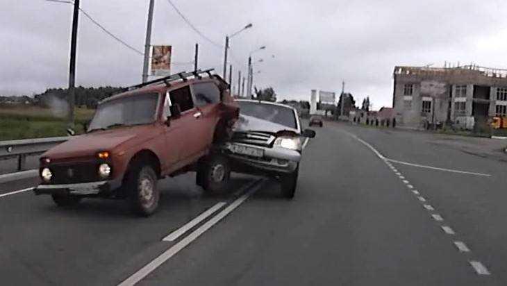 В Карачеве сняли видео устрашающего тарана автомобилей