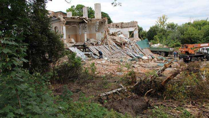 В Брянске за глухим забором начали сносить 200-летний особняк Баженовых