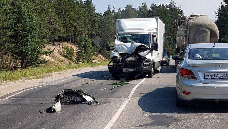 Под Брянском около поворота на Свень один грузовик протаранил другой