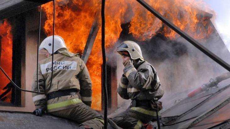 На Брянском машиностроительном заводе загорелась крыша цеха