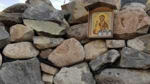 В Белых Берегах на источник установили новую икону вместо украденной