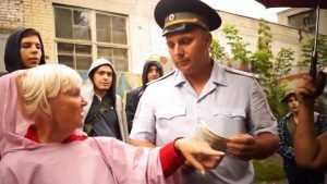 В Брянске сняли видео свары противников строительства дома и полиции