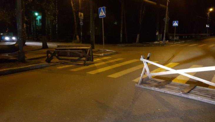 В Белых Берегах возвели баррикады из столов на пешеходном переходе