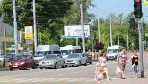 Возле школ Брянска нанесли яркую желто-белую разметку