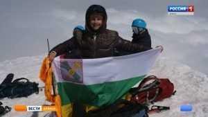 Брянский альпинист установил флаг Новозыбкова на вершине горы Казбек