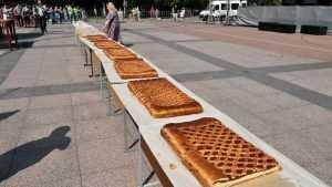 Жителей Брянска и гостей на Яблочном спасе угостили гигантским пирогом