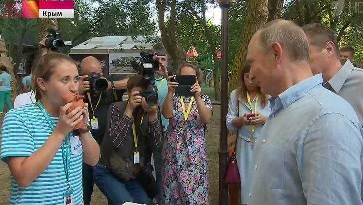 Президент Путин в Крыму поучился свистеть в брянскую игрушку