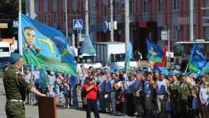 В Брянске День ВДВ прошел мирно, в Москве избили репортера НТВ
