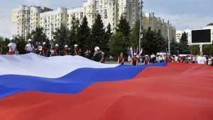 В Брянске в День государственного флага развернули гигантский триколор
