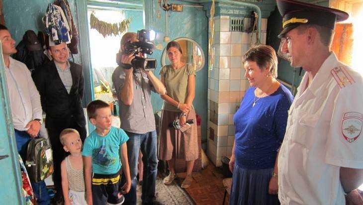 В Брянске 40 обездоленным ребятам вручили подарки к школе
