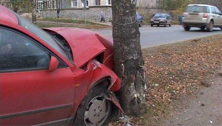 В Брянске молодой водитель иномарки врезался в дерево и разбил голову