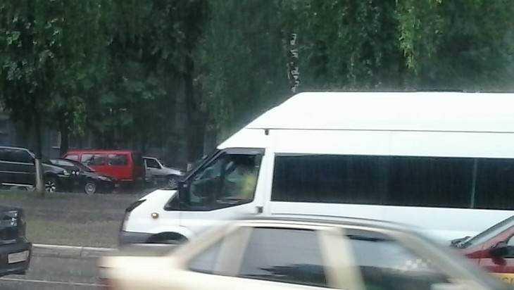 В Брянске сняли видео устрашающего тарана лихого маршрутчика