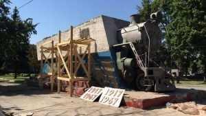 В Брянске начали реставрировать памятник паровозу