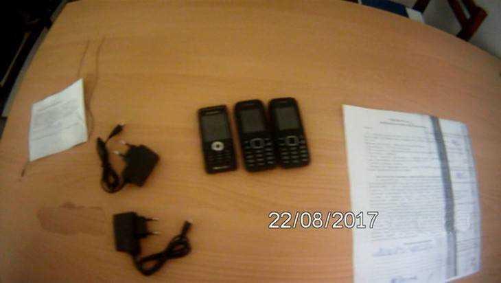 У прислужницы брянских зеков нашли телефоны и зарядки в бюстгальтере