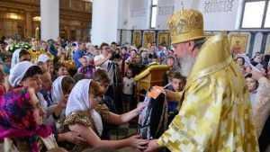 Митрополит Брянский и Севский подарил первоклассникам рюкзаки