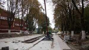 Плитку в Семеновском сквере Брянска покрыл белый химический налёт