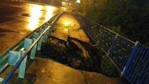 Громадный провал после ливня образовался на Малыгинском мосту Брянска