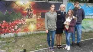 В Брянске уличные художники украсили забор патриотическими граффити
