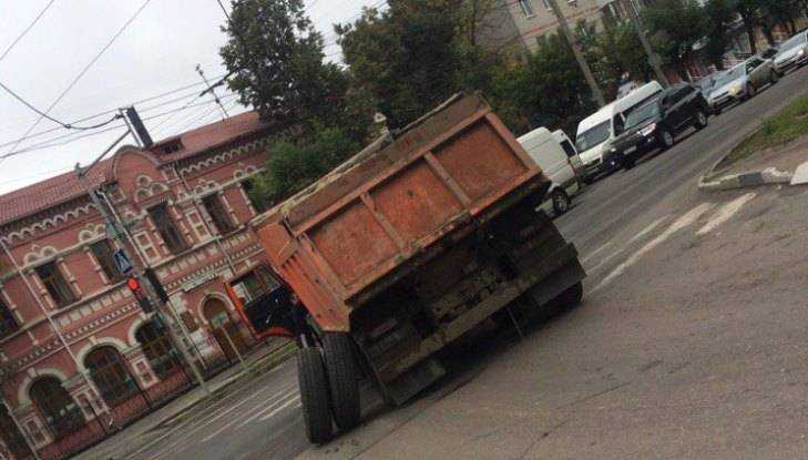В Брянске возле БУМа грузовик потерял колесо