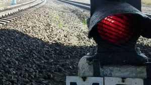 В Брянске пролезавшему под вагонами 13-летнему подростку отрезало ногу