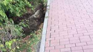 Брянцы сообщили о разваливающемся из-за ливня тротуаре на проспекте Ленина