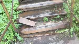 Жительницу Брянска возмутил безобразный ремонт лестницы в Судках