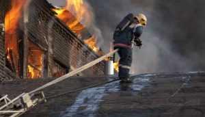 В Погаре потушили загоревшийся склад с запчастями