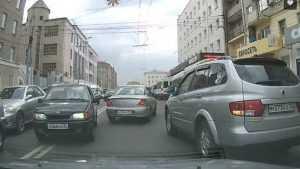 В сети опубликовали видео дерзкого маневра автохама в центре Брянска