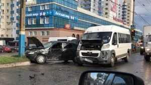 В Брянске маршрутка протаранила иномарку возле ТРЦ «Мельница»