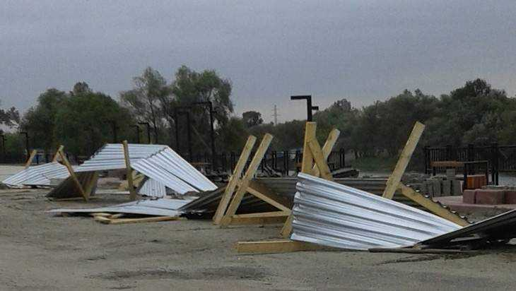 На набережной в Брянске ураганный ветер разбросал забор