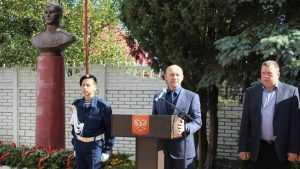 В Карачеве после вмешательства губернатора открыли бюст Ивану Кузнецову