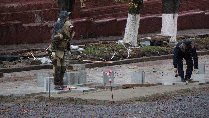 В Брянске начали укладывать светлый гранит на лестнице бульвара Гагарина