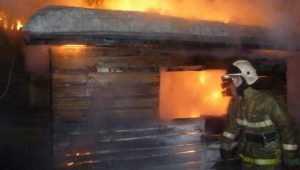 В Брянске пожарные спасли из огня хозяйку горевшей бани