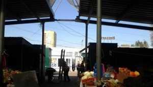 На рынке Брянска сорванная ветром крыша павильона едва не убила женщину