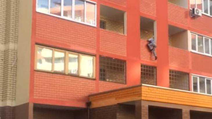 В Брянске сняли видео сорвавшегося с балкона парня
