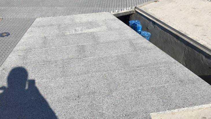 В Брянске на набережной начали укладывать гранит на фонтан