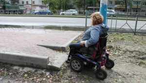 В Брянске тротуары и бордюры стали преградой для инвалидов-колясочников