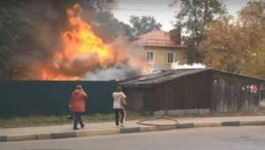 В Брянске на Новостройке спасатели потушили пять горевших сараев