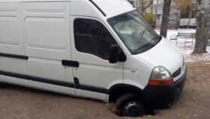 В Брянске микроавтобус провалился в яму на улице Орловской