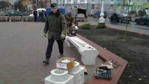 В Семеновском сквере Брянска установили первую белую скамейку