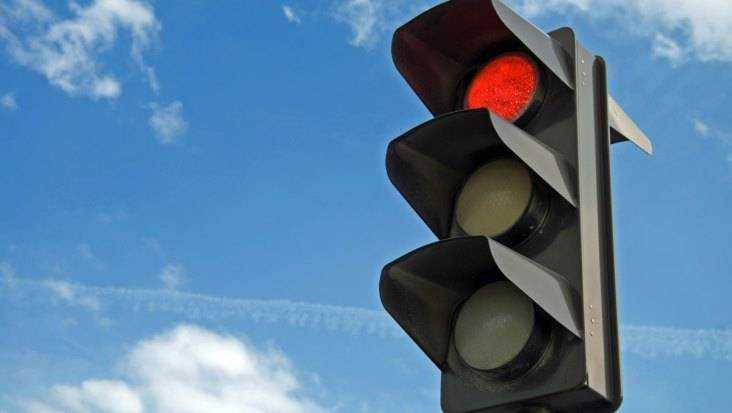 В Брянске Toyota сбила побежавшую на красный сигнал светофора женщину
