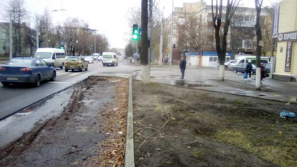 В Брянске на улице Ульянова в коварной ловушке повредили несколько машин