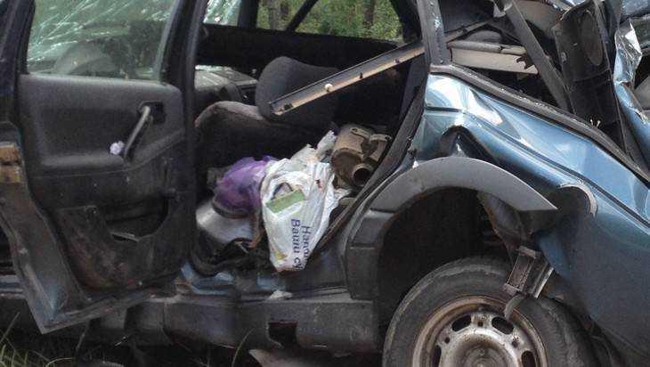 В ДТП на брянской трассе женщина оказалась замурованной в легковушке