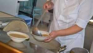 Повару брянской школы дали условный срок за отравление салатами 56 учеников