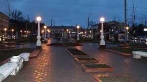 В Семеновском сквере Брянска зажжением 48 фонарей завершили ремонт