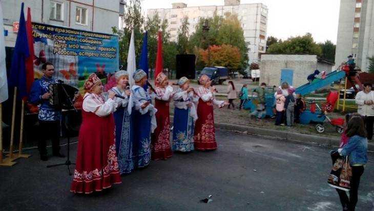 В отремонтированном брянском дворе прошел праздник соседей