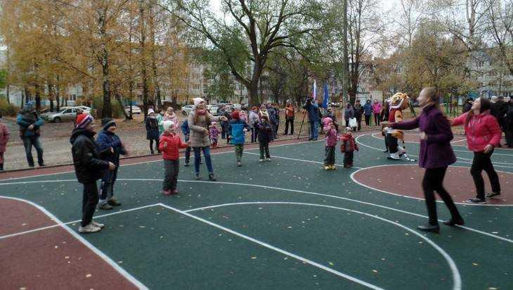 В Брянске для детей постелили большой резиновый ковер во дворе