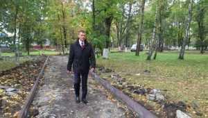 В Фокинском районе Брянска под дождём продолжили преображать парк