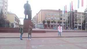 В Брянске сторонники Навального с тоскливым видом отработали задание